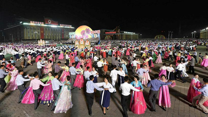 Dansað var á torgi Kim Il-Sung í tilefni þess að ...