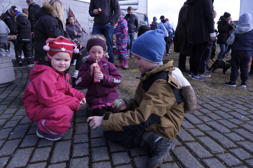 Börn í Bústaðahverfi fagna sumardeginum fyrsta, vel klædd í kuldanum.