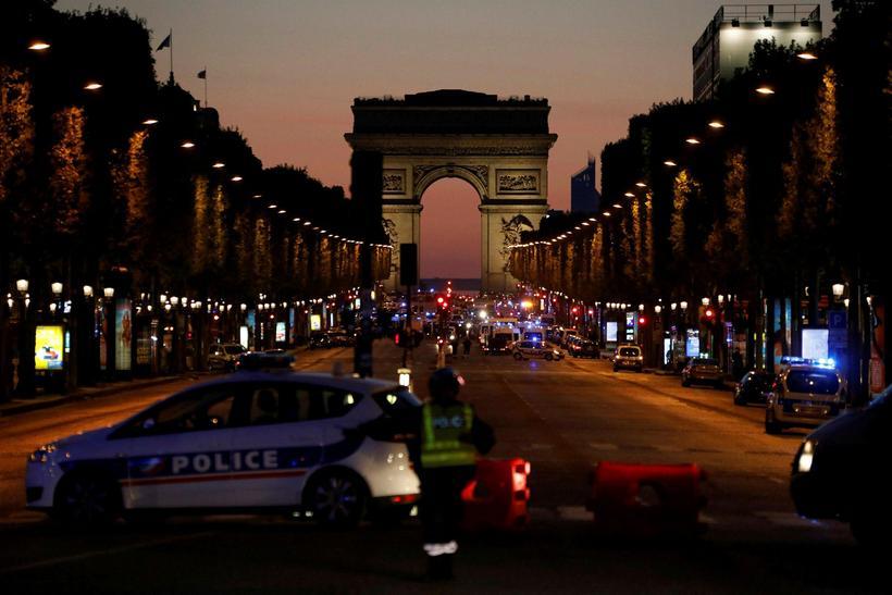 Skotið var á tvo lögreglumenn í París.