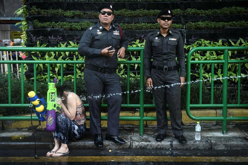 Lögreglumenn standa vörð í Bangkok á Taílandi.