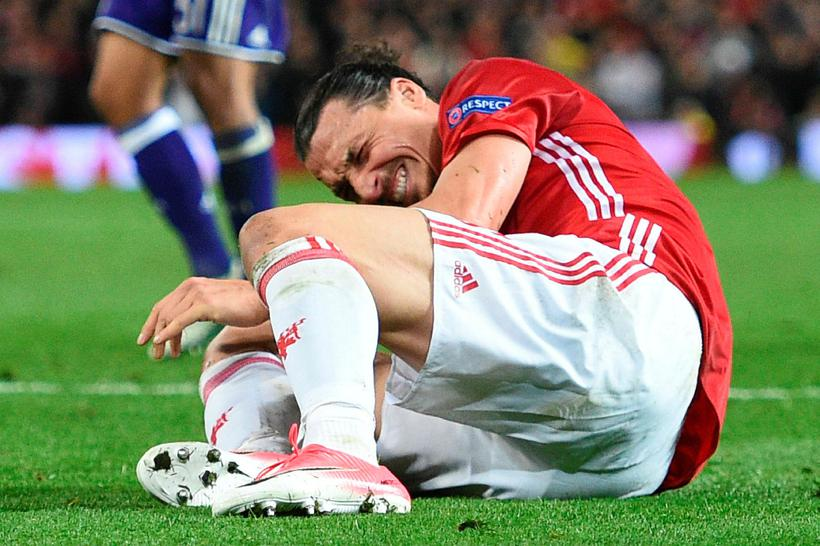 Zlatan Ibrahimovic liggur kvalinn í grasinu á Old Trafford í ...