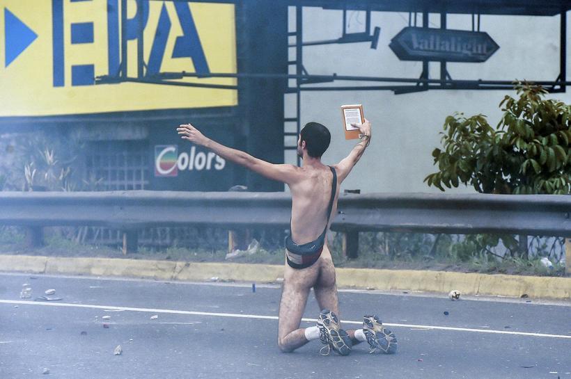 Nakinn maður mótmælir ríkisstjórn Nicolas Maduro í Caracas höfuðborg Venesúela.