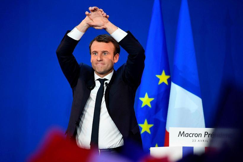 Macron var að vonum ánægður í kvöld.