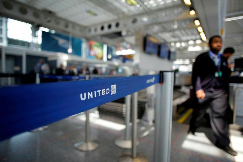 United Airlines ætlar nú að fara að greiða farþegum fyrir ...