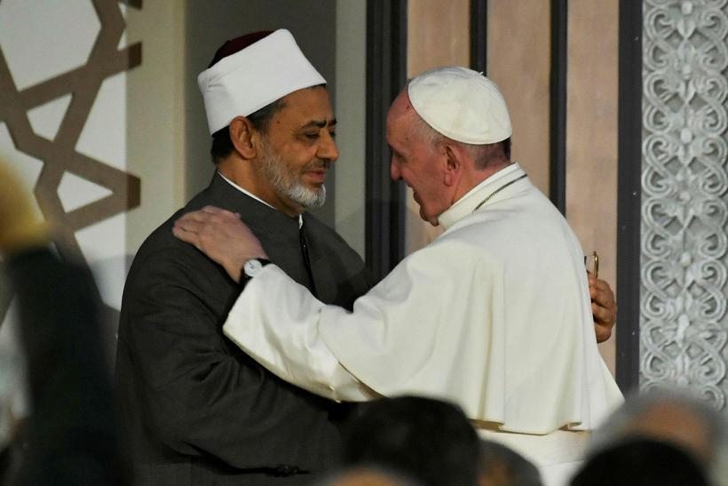 Frans páfi og Sheikh Ahmed al-Tayeb, leiðtogi múslima, heilsast á ...