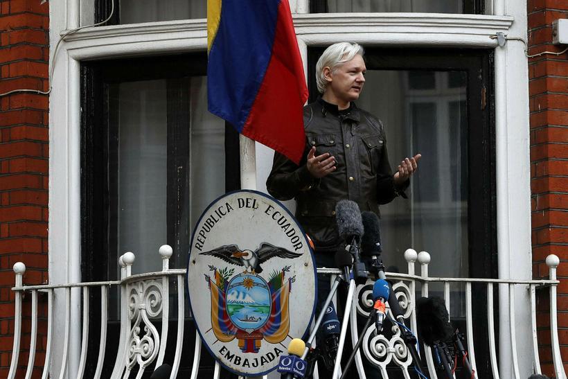 Julian Assange ávarpar viðstadda af svölum sendiráðs Ekvador í Lundúnum.