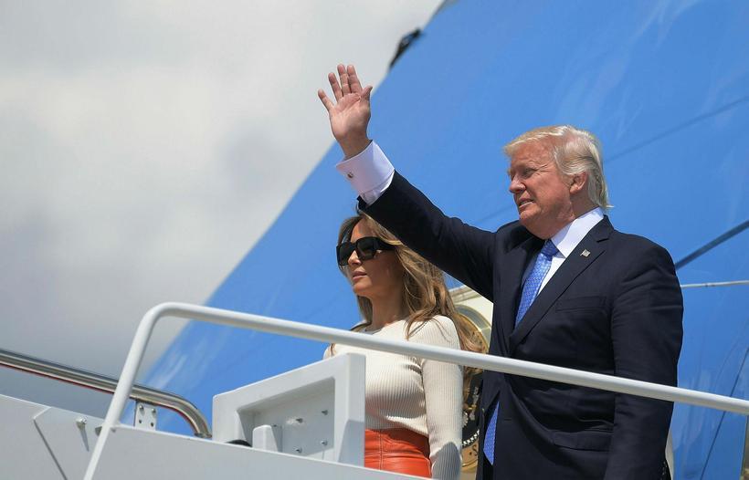 Trump og eiginkona hans skömmu áður en þau stigu um ...
