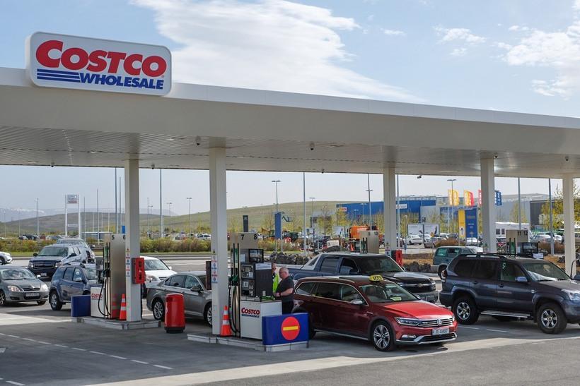 Fjölmargir hafa nýtt sér bensínþjónustu Costco í dag.