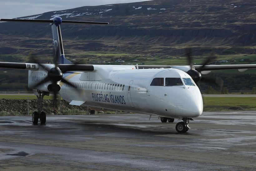 Vél Air Iceland Conect, enn með merkjum Flugfélags Íslands, á ...