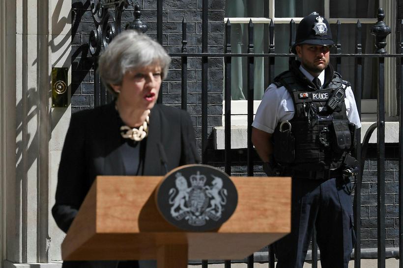 Theresa May ræðir við fjölmiðla fyrir utan Downingstræti 10.