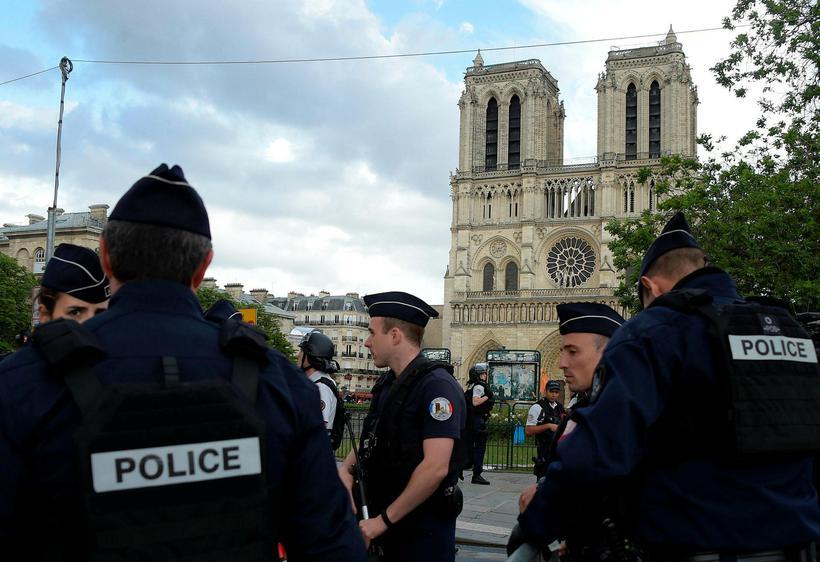 Lögregla girti af svæðið í kringum Notre Dame-dómkirkjuna.
