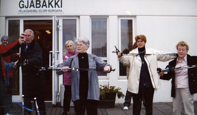 Hér má sjá stafagöngukynningu á Gjábakka árið 2000.