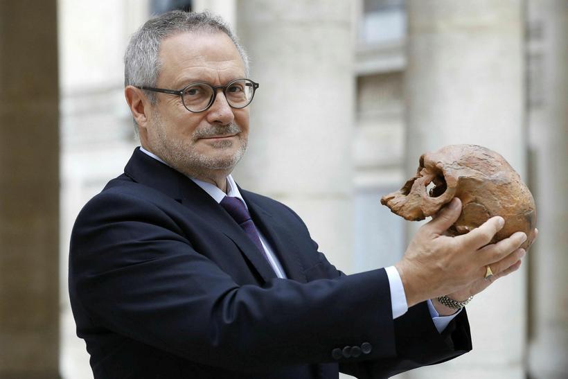 Franski fornmannfræðingurinn Jean-Jacques Hublin með afsteypu af hauskúpu eins Jebel ...