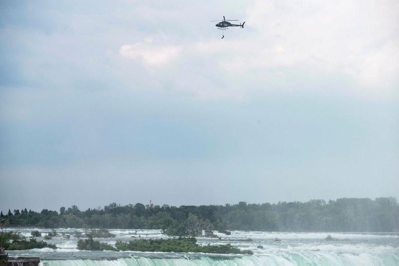 Erendira Wallenda hangir á tönnunum yfir Niagara-fossunum í gær.