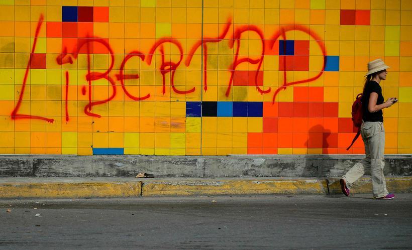 Frelsi stendur stórum stöfum á vegg í Karakas.