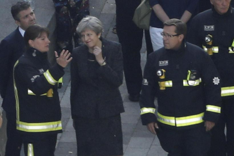 Forsætisráðherrann Theresa May ræðir við slökkviliðsstjórann Dany Cotton fyrir utan ...