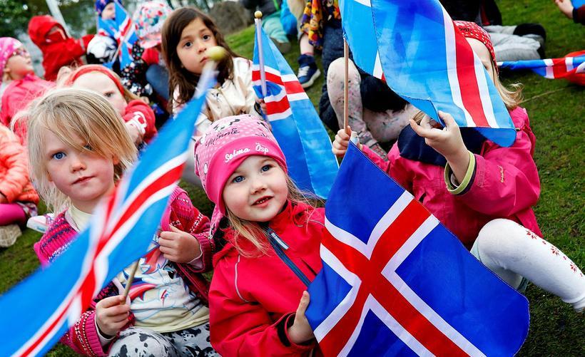 Flottir krakkar fagna þjóðhátíðardegi Íslands.