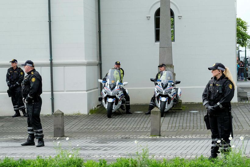 Lögregla að störfum í Reykjavík í dag 17. júní.