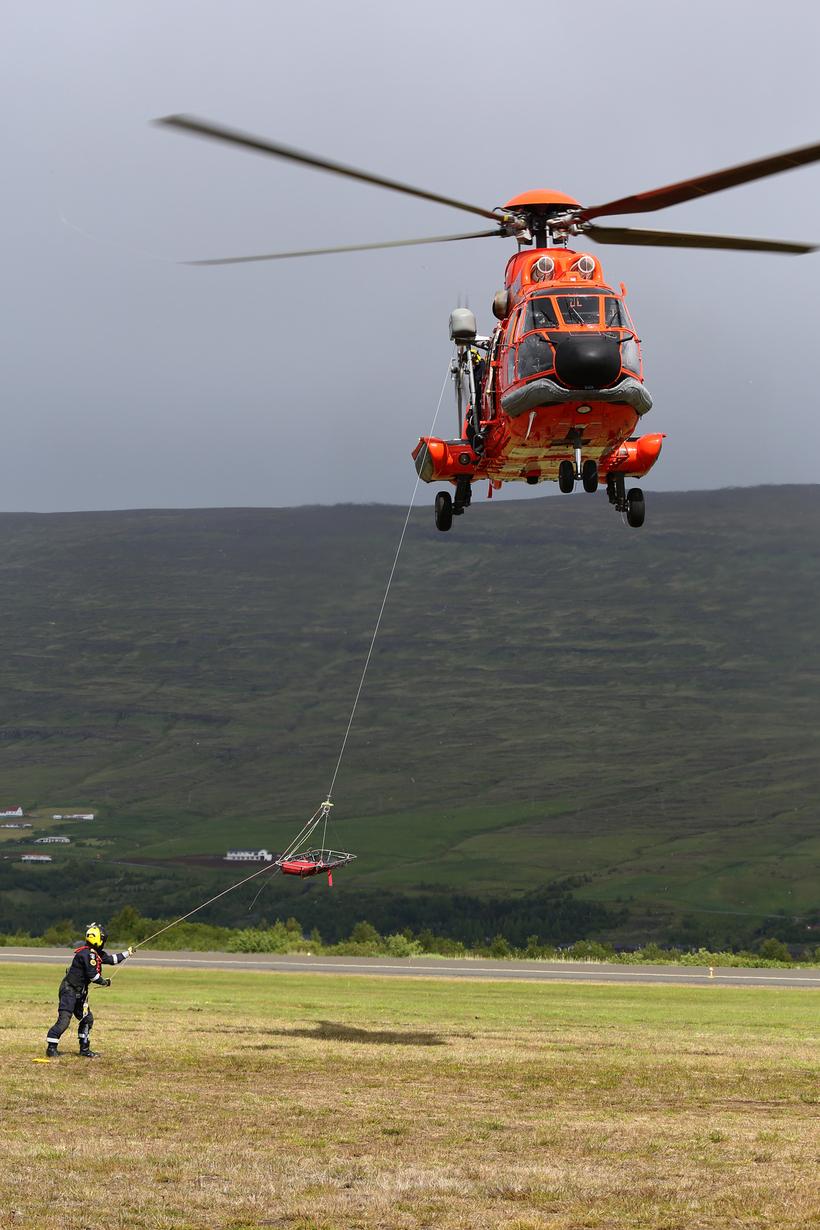 TF-Syn, þyrla Landhelgisgæslunnar sýndi hífingar og björgun.