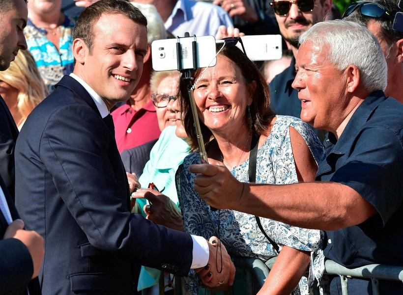 Stuðningsmenn Emmanuel Macron, forseta Frakklands, fá mynd af sér með ...