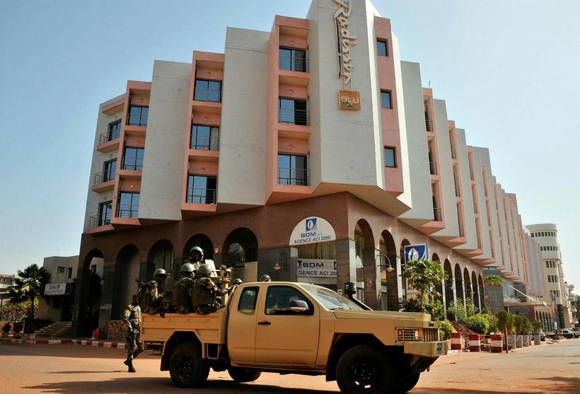 Mynd úr safni. Hermenn við Radisson Blu hótelið í Bamako ...
