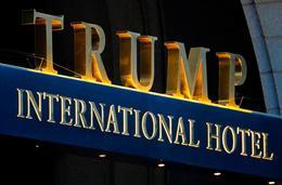 Trump International Hotel stendur við Pennsylvania Avenue, götuna sem liggur á milli Hvíta hússins og þinghússins.