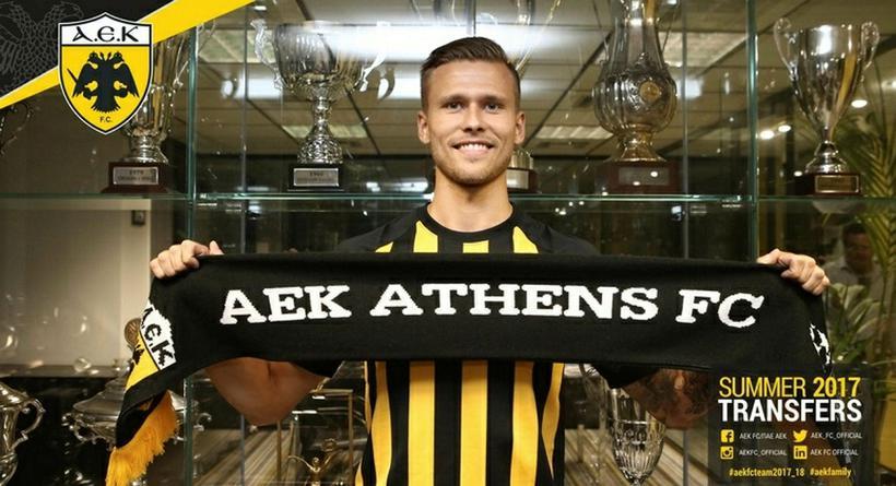 Arnór Ingvi Traustason með treyju AEK Aþenu.
