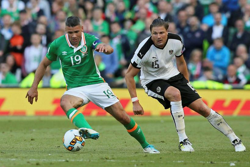 Írski landsliðsframherjinn Jon Walters er kominn til Burnley frá Stoke.