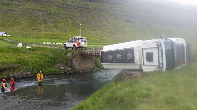 Olíuflutningabíll lenti á vegriði brúarinnar yfir Búðará í Hörgárdal.