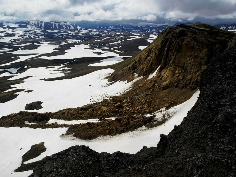 Mikið grjót hefur hrunið úr fjallinu og líklegt er að ...
