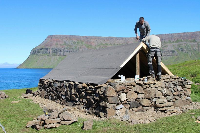 Verbúð að þúsund ára gamalli fyrirmynd byggð í Staðardal í ...