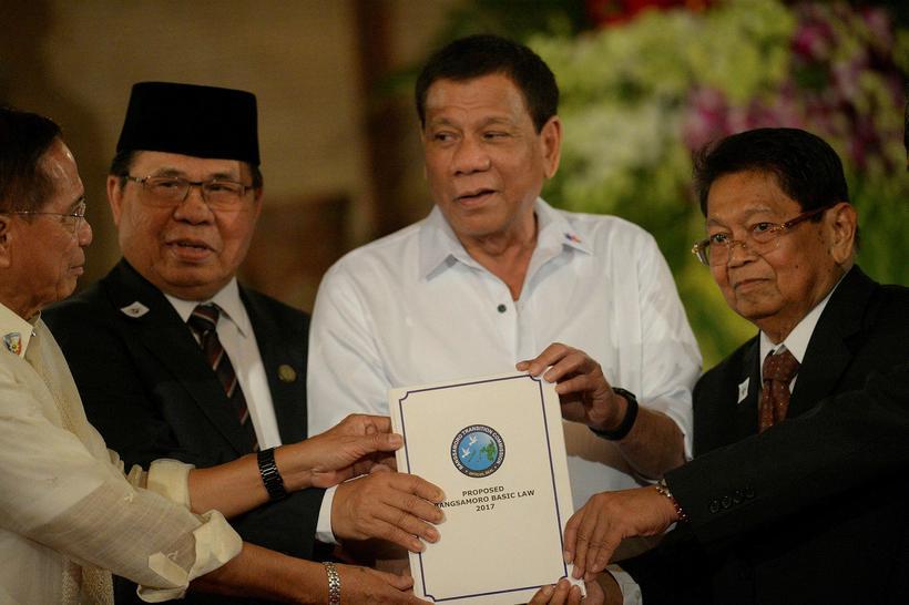 Rodrigo Duterte, forseti Filippseyja (annar frá hægri), og Al-Hajj Murad, ...