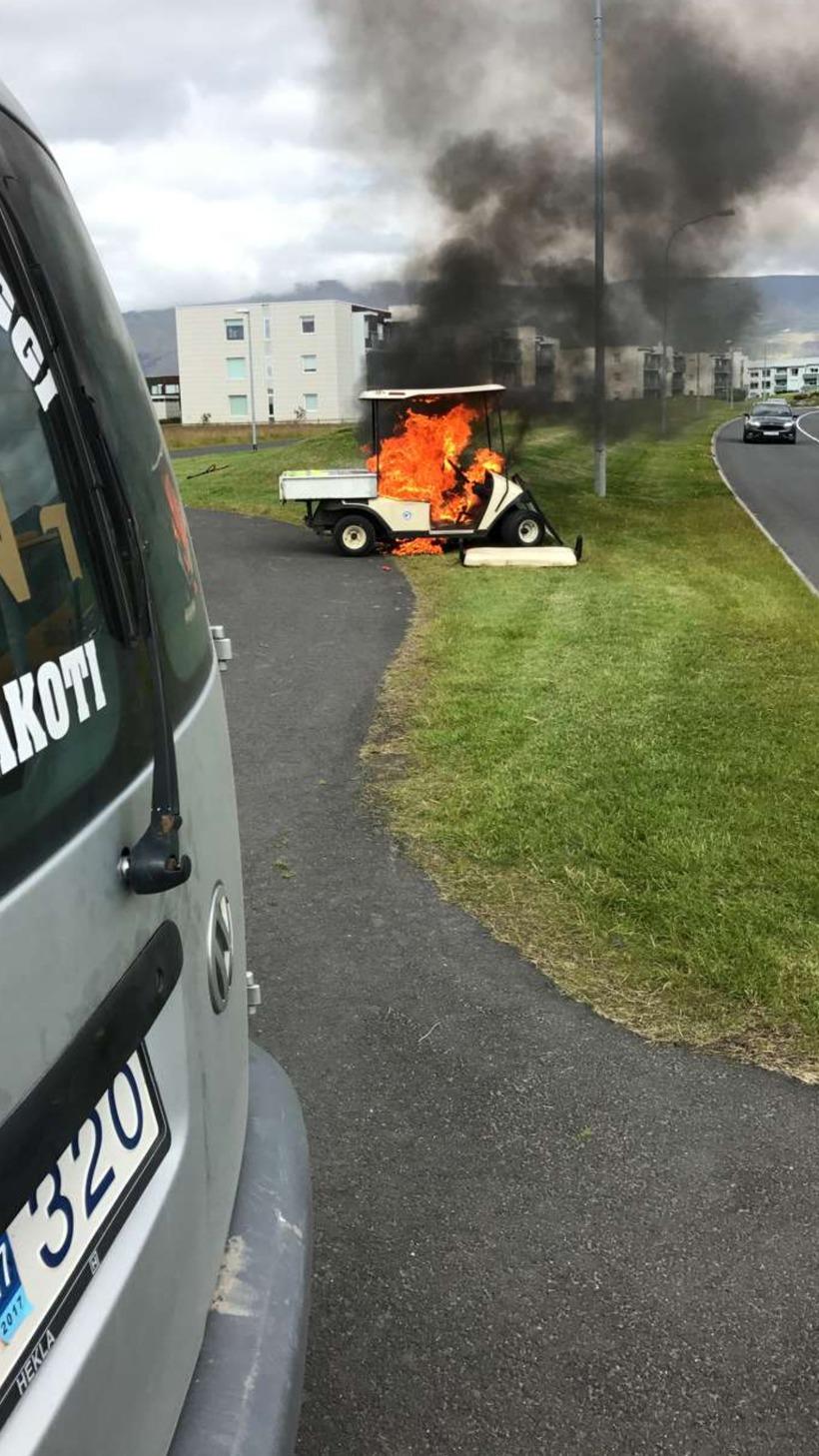 Golfbíll í eigu Golfklúbbs Mosfellsbæjar gjöreyðilagðist þegar eldur kom upp ...