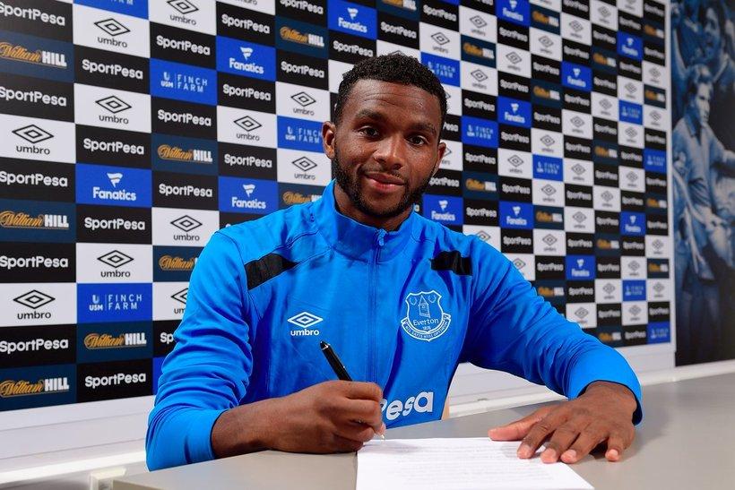 Cuco Martina skrifar undir samninginn við Everton í dag.