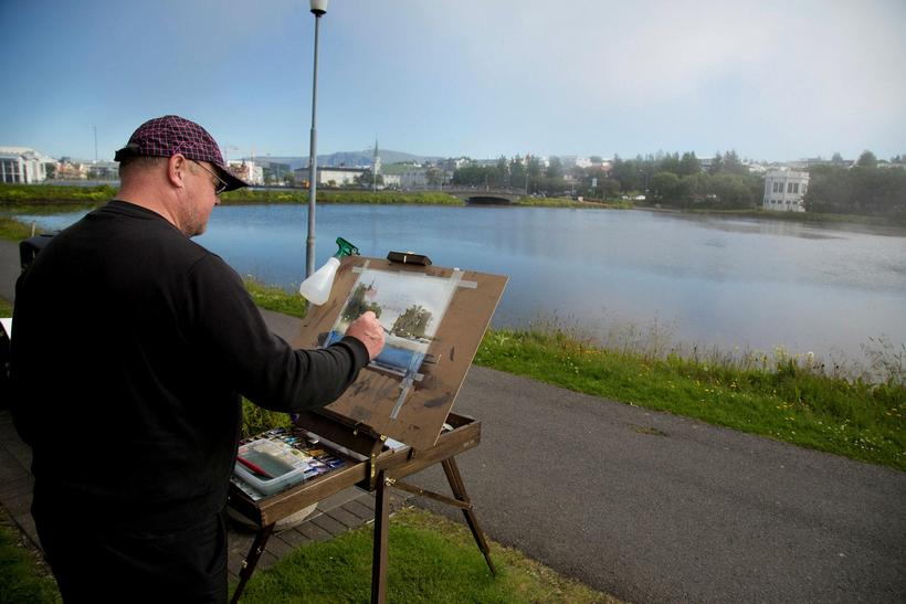 A gentleman painting Lake Tjörnin.