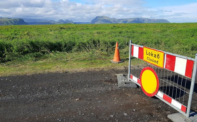 Búið er að loka veginum upp í Hafursey vegna hættu ...