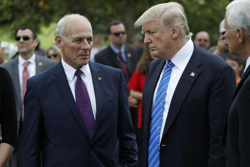 Donald Trump Bandaríkjaforseti og John Kelly leggja hér blóm á ...