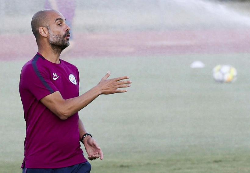 Josep Guardiola (t.h.) og lærisveinar hans í Manchester City koma ...