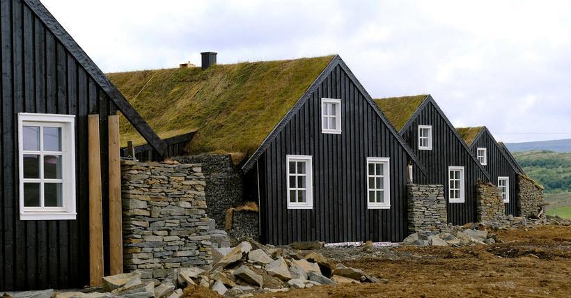 Íslenski torfbærinn er fyrirmyndin, en tíu hús hafa verið reist.