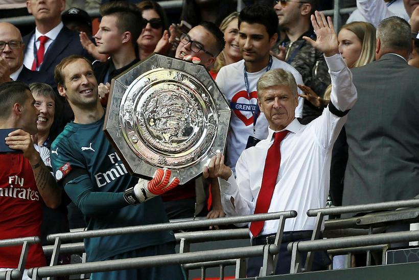 Arsene Wenger fagnar fyrsta