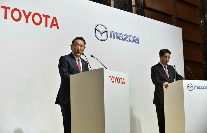 Forstjóri Toyota, Akio Toyoda og forstjóri Mazda, Masamichi Kogai.