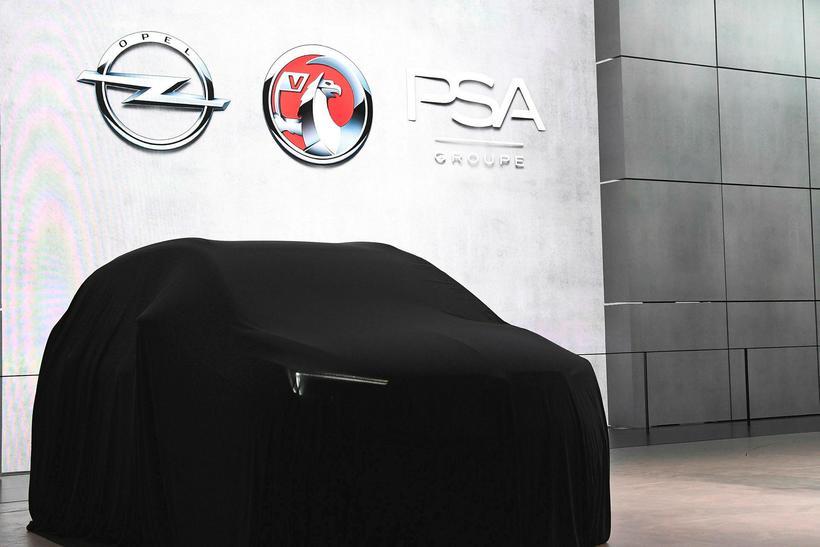Táknmerki Opel, Vauxhall og PSA tróna yfir bíl sem bíður ...