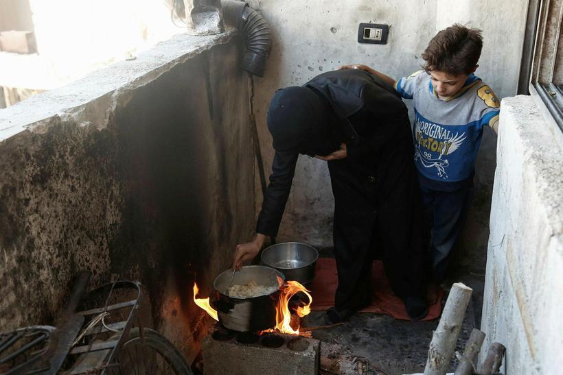 Einn íbúa Douma notar hér sveppina sem hún fær afhenta ...