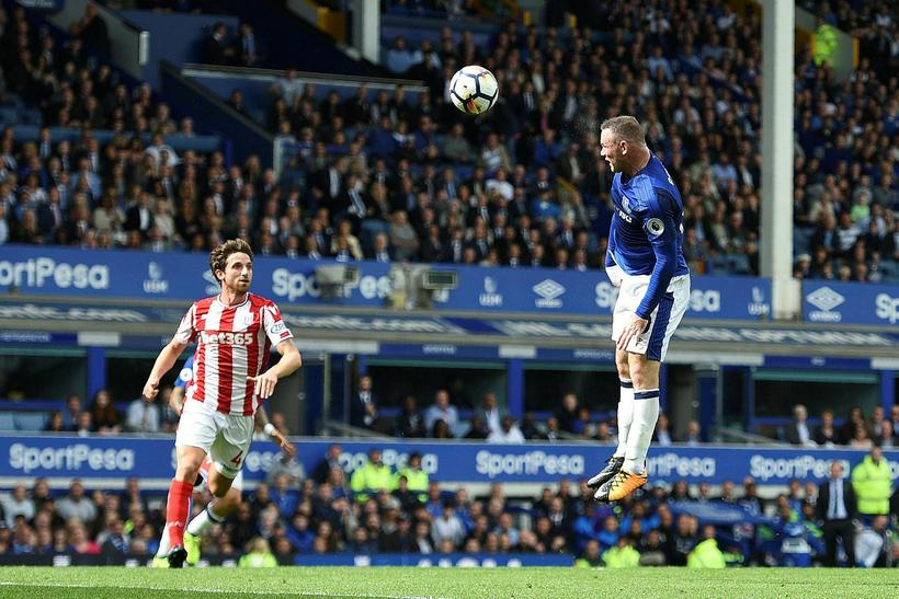 Wayne Rooney skorar sigurmark Everton gegn Stoke City í dag.