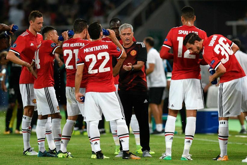José Mourinho stjóri United ræðir við sína menn.