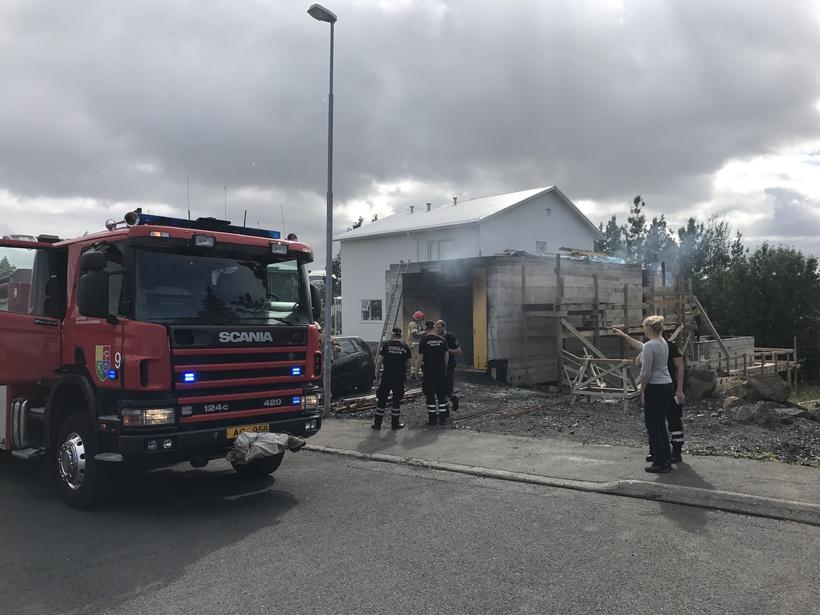 Eldur kom upp í nýbyggingu við Álfaskeið í Hafnarfirði.