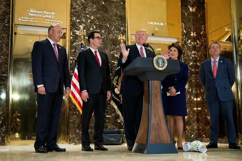 Donald Trump Bandaríkjaforseti og samstarfsmenn á fjölmiðlafundinum í Trump turni ...