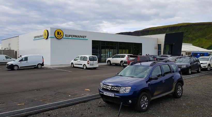 Verslunin stendur í nýrri verslunarmiðstöð í bænum.