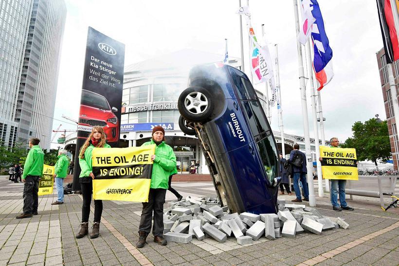 Umhverfissamtökin Greenpeace mótmæla áframhaldandi smíði bíla með brunavélar við innganginn ...
