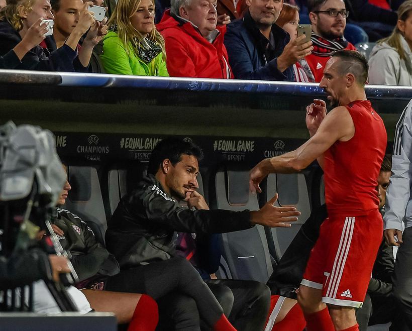 Franck Ribéry kastar treyju sinni á varamannabekkinn í gærkvöld.